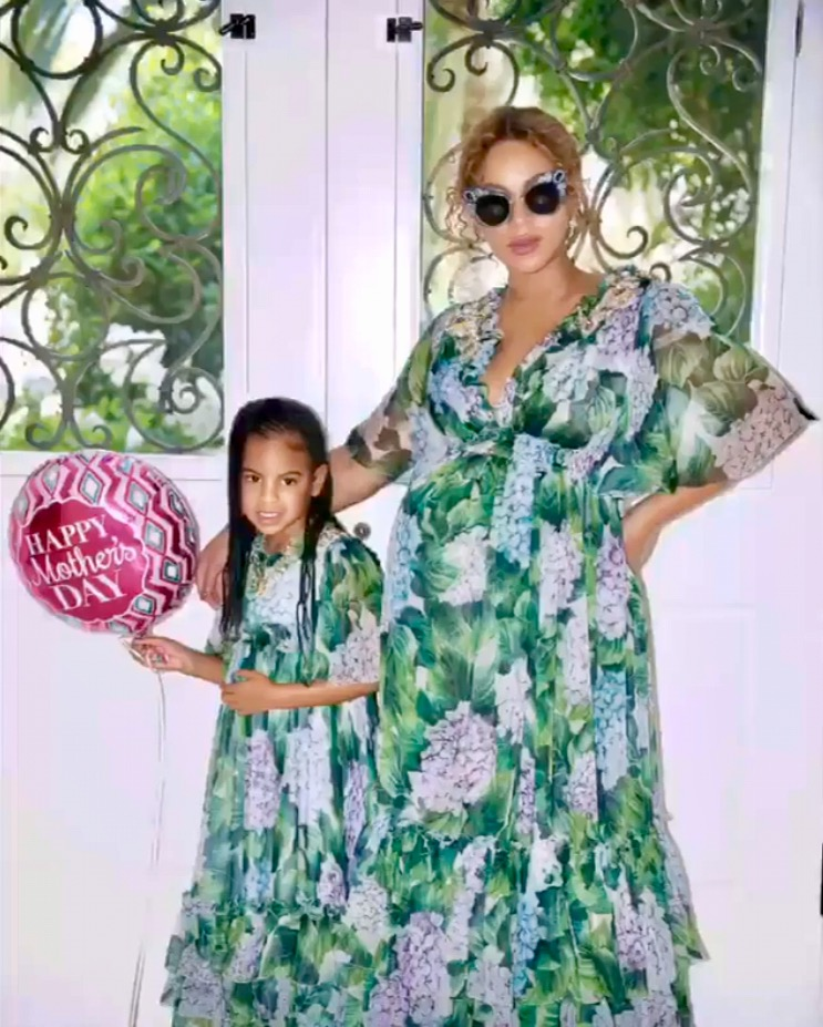 Beyonces-Dolce-Gabbana-Hydrangea-Printed-Dress